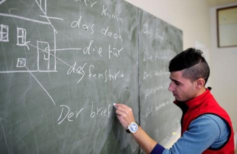 Deutschunterricht in einer Flüchtlingsunterkunft in Sarstedt © Alexander Koerner/Getty Images