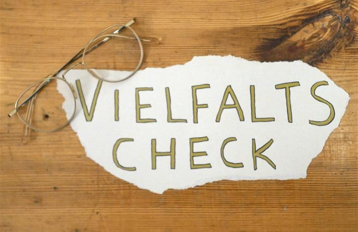 Vielfaltscheck Symbolbild auf Zettel geschrieben und Brille © Sami Rauscher