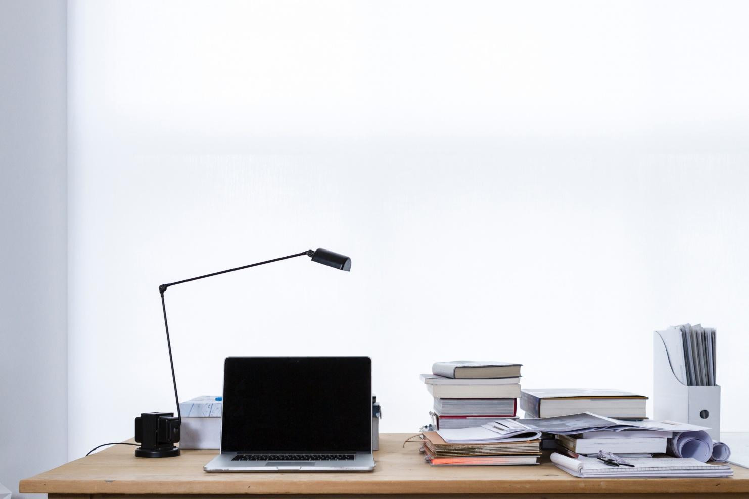 Schreibtisch mit Computer und Büchern © Photo by freddie marriage on Unsplash