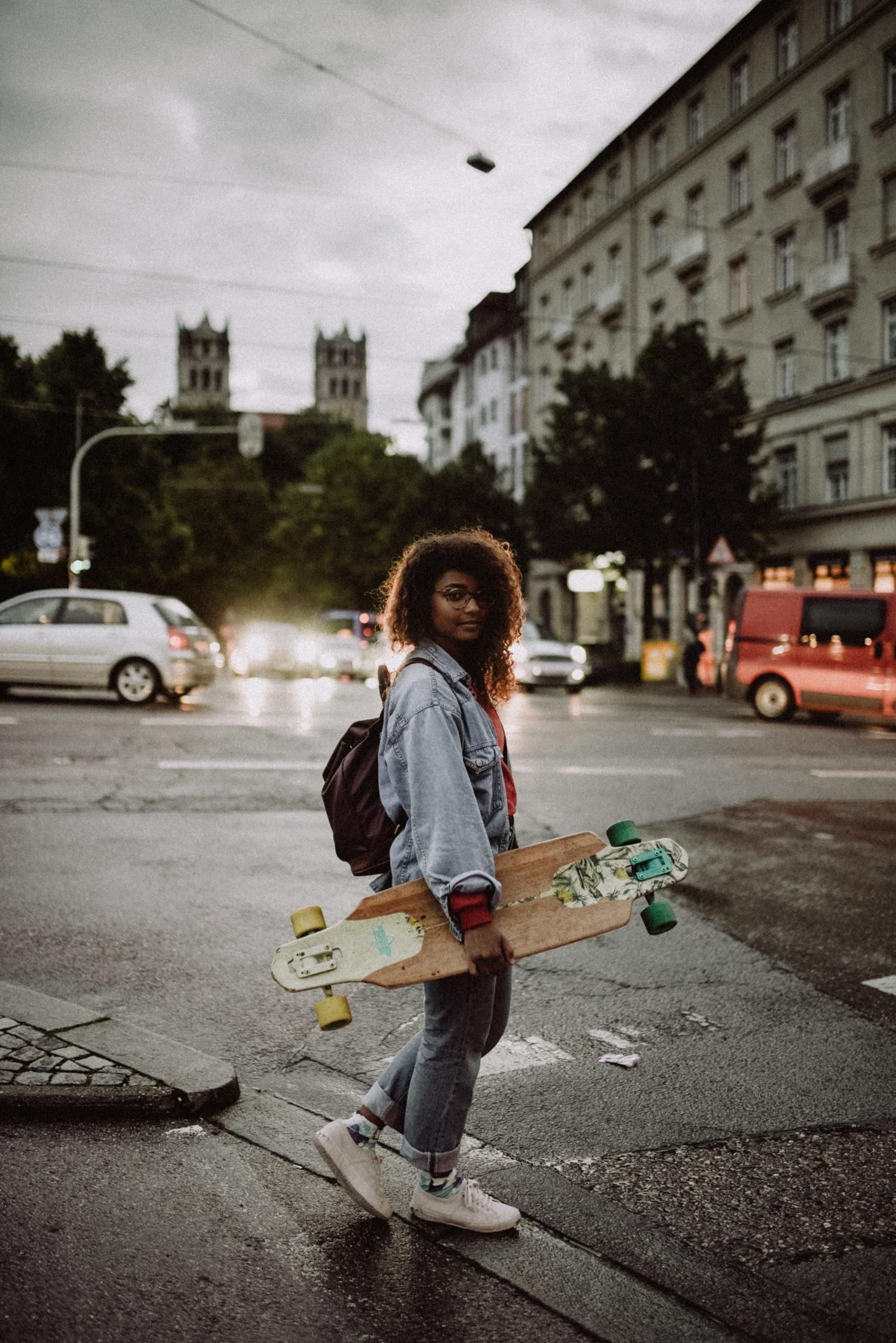 Person mit Skateboard in der Stadt © Photo by Kinga Cichewicz on Unsplash