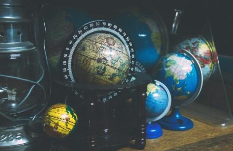Weltkugeln auf Tisch © Photo by João Silas on Unsplash