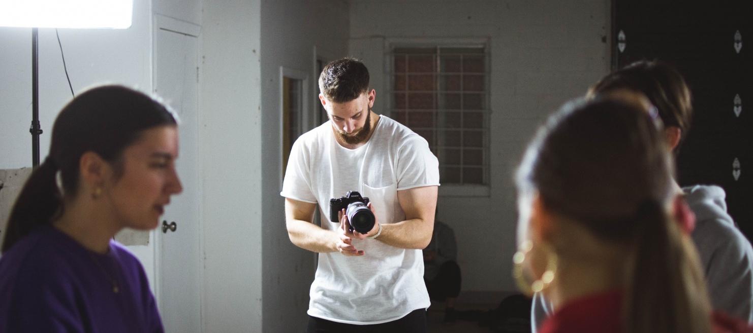 Drei Personen werden von einer vierten Person mit Bart gefilmt © Photo by William Bayreuther on Unsplash
