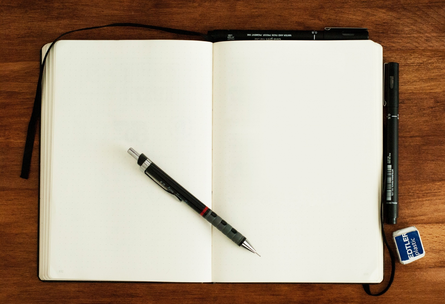 Leeres Notizbuch mit Stift © Photo by Mike Tinnion on Unsplash