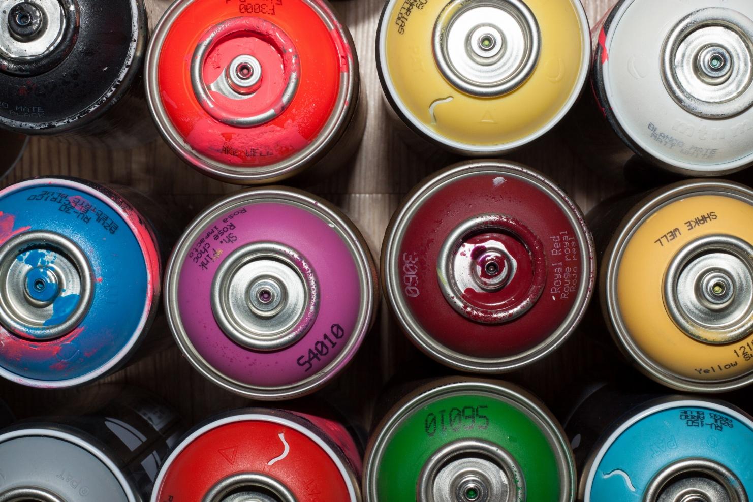 Sprühdosen in verschiedenen Farben © Photo by Ehimetalor Unuabona on Unsplash
